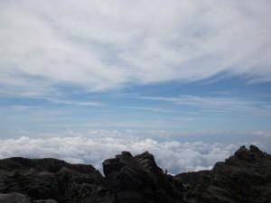 雲海の向こうには日本海