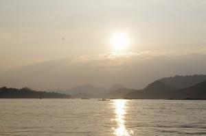 大河メコンから夕陽を臨む