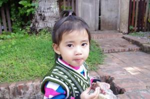 民族衣装を身に纏う子供