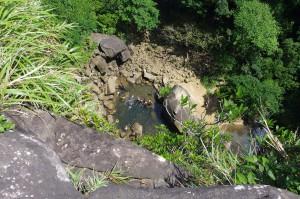 滝上から覗く滝壺